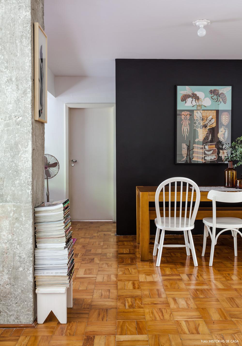 14-decoracao-sala-de-jantar-parede-preta-cadeiras-brancas