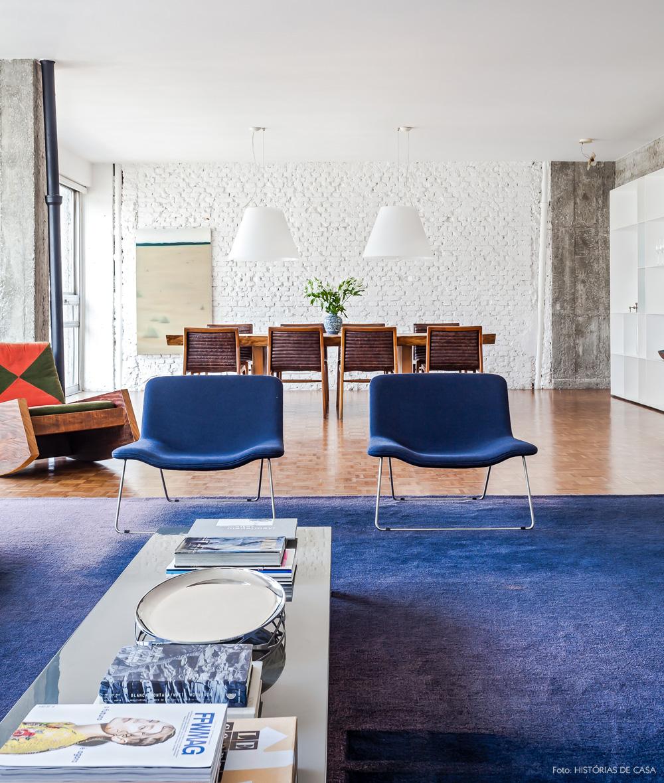 14-decoracao-sala-estar-apartamento-tapete-azul-tijolinho
