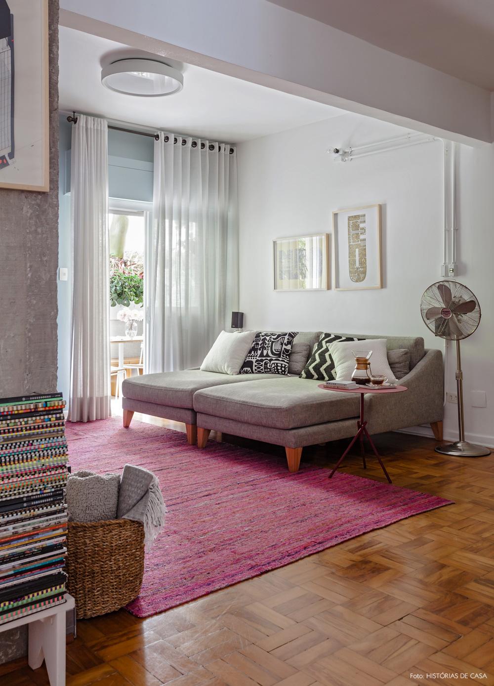 16-decoracao-sala-estar-tv-tapete-rosa-chaise-cinza