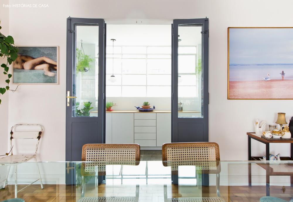 21-decoracao-sala-jantar-porta-cinza-corredor-lateral