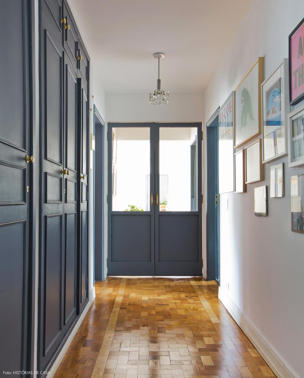 31-decoracao-corredor-armarios-pintados-cinza-tacos