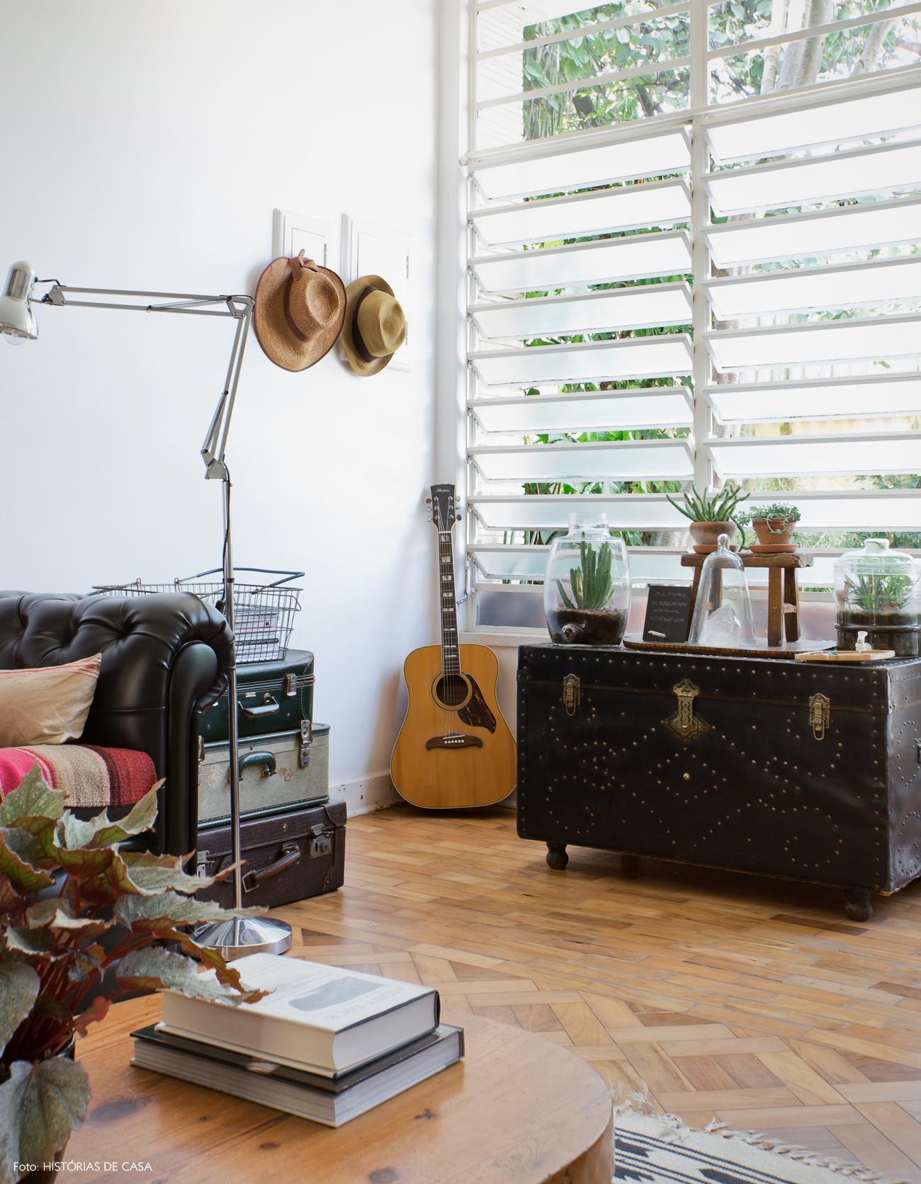 09-decoracao-sala-estar-janela-antiga-bau-vintage-couro
