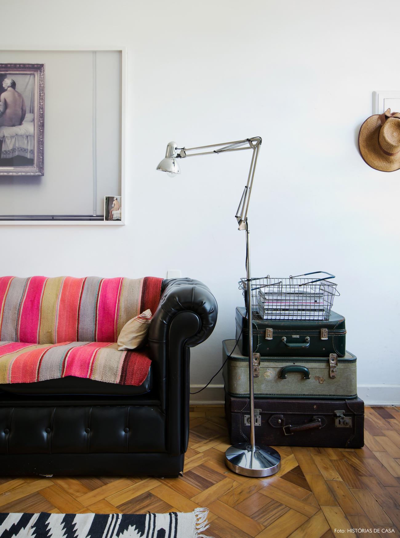 11-decoracao-sala-estar-mesa-lateral-maletas-vintage-couro