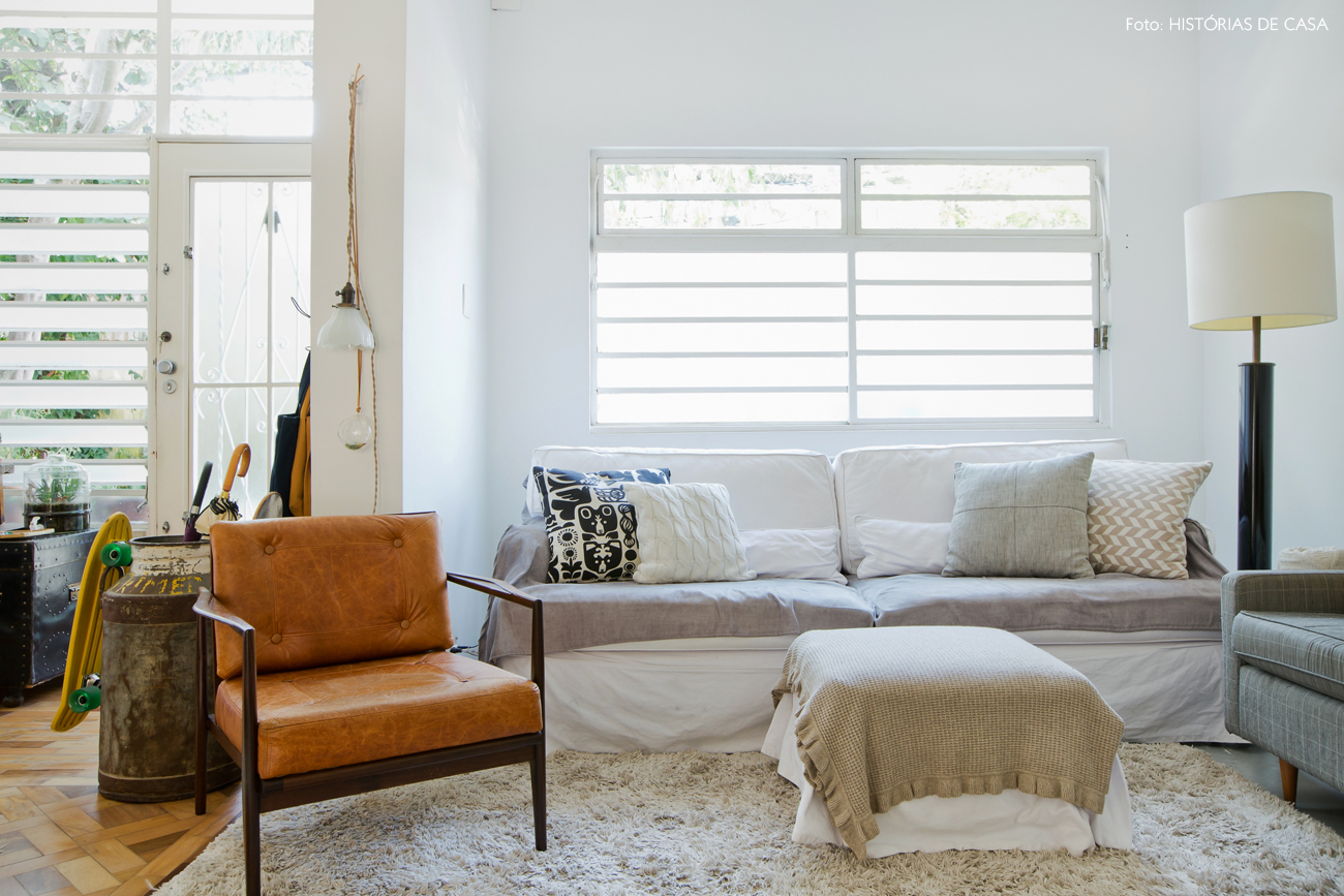 12-decoracao-sala-estar-sofa-branco-poltrona-couro-marrom