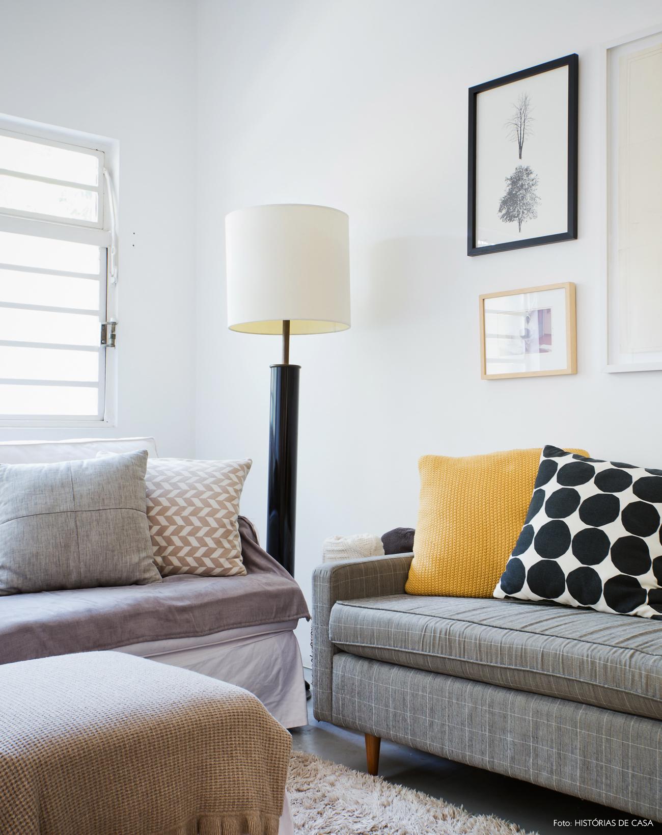 15-decoracao-sala-estar-sofa-cinza-estampado-abajur-piso