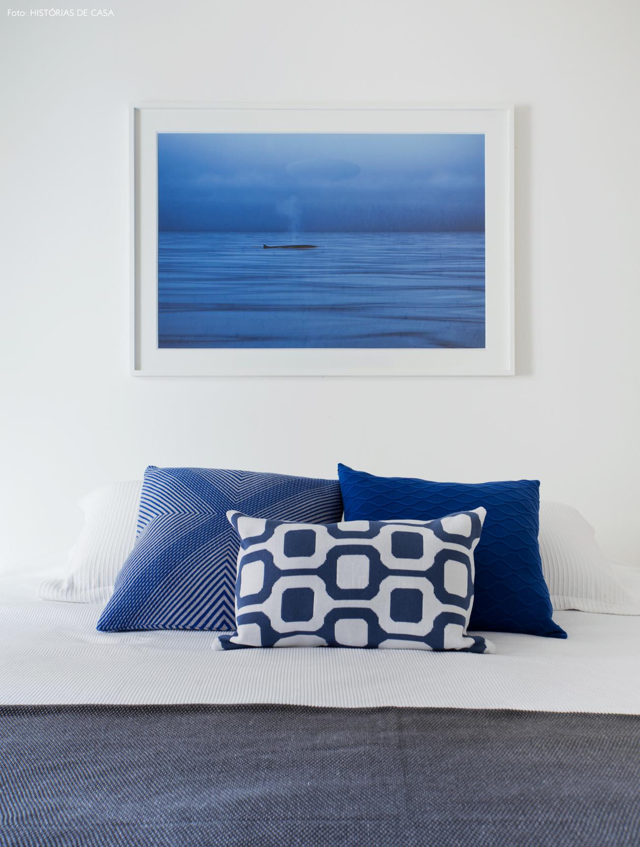 31-decoracao-quarto-branco-detalhes-em-azul-almofadas