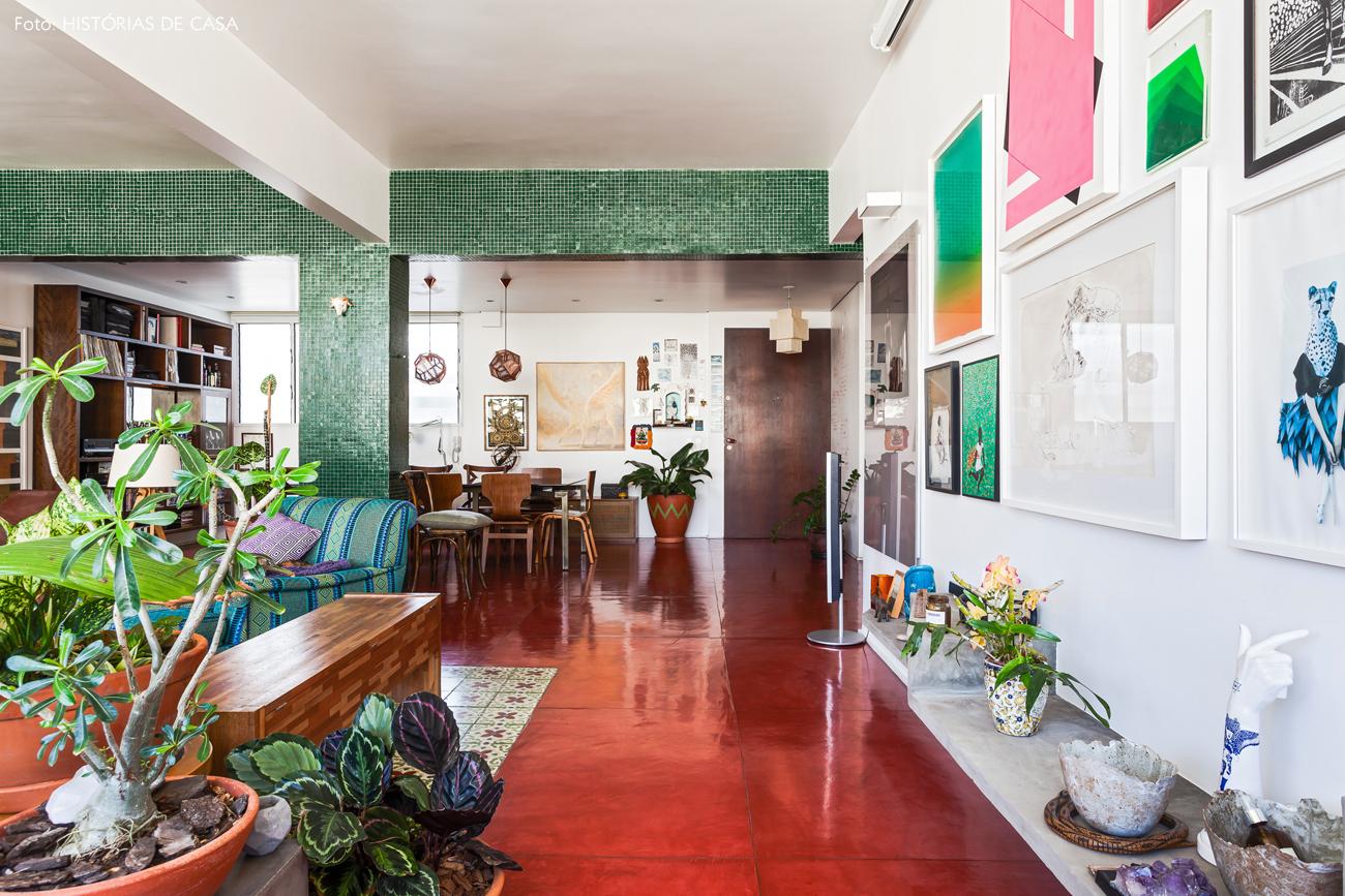 01-decoracao-apartamento-integrado-piso-cimento-queimado-vermelho