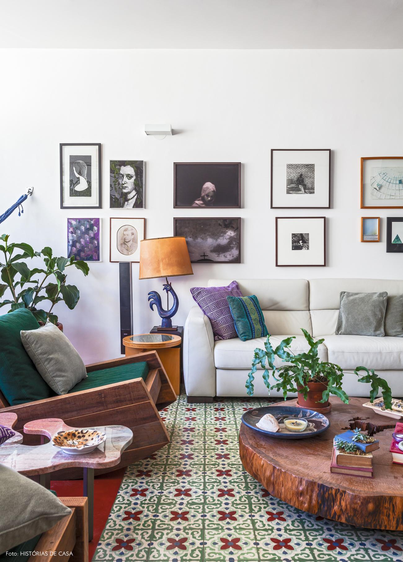 04-decoracao-sala-integrada-parede-de-quadros-plantas