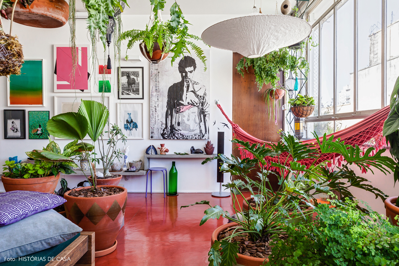 13-decoracao-sala-apartamento-muitas-plantas-vasos-pendentes