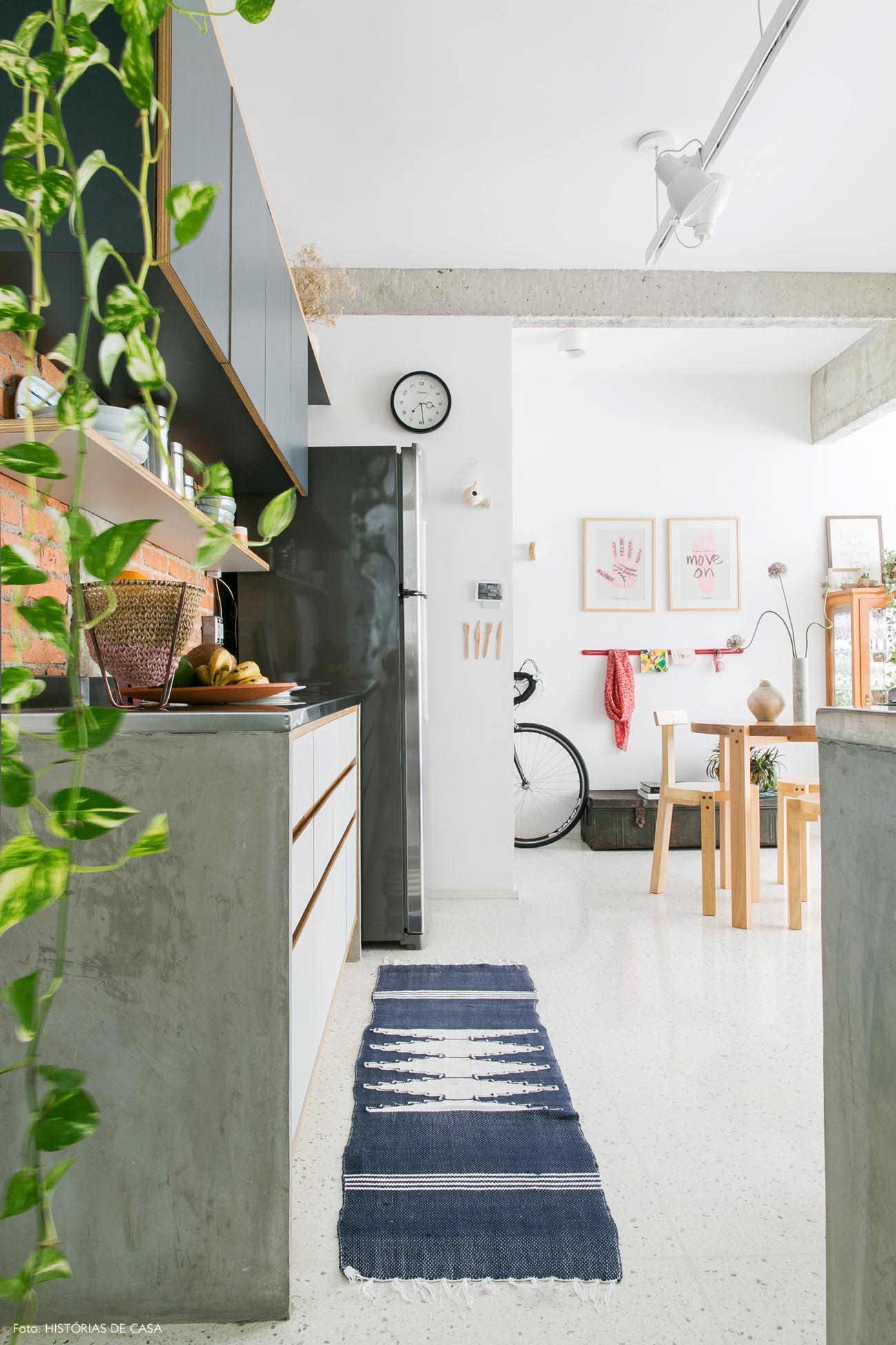 18-decoracao-apartamento-cozinha-piso-granilite-branco-plantas