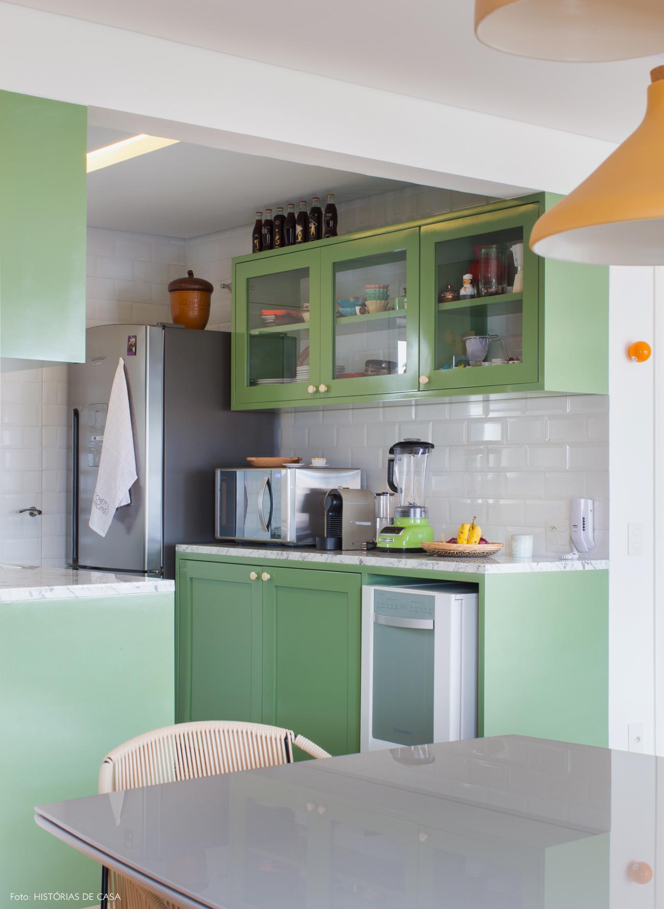 26-decoracao-apartamento-cozinha-integrada-armarios-verdes-subway-tiles