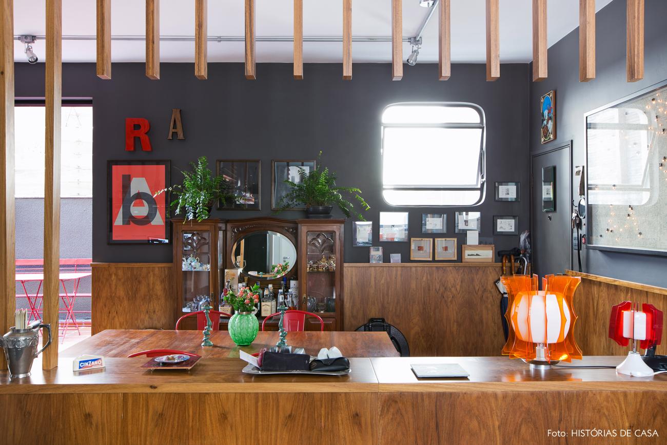 26-decoracao-sala-jantar-paredes-escuras-divisoria-madeira