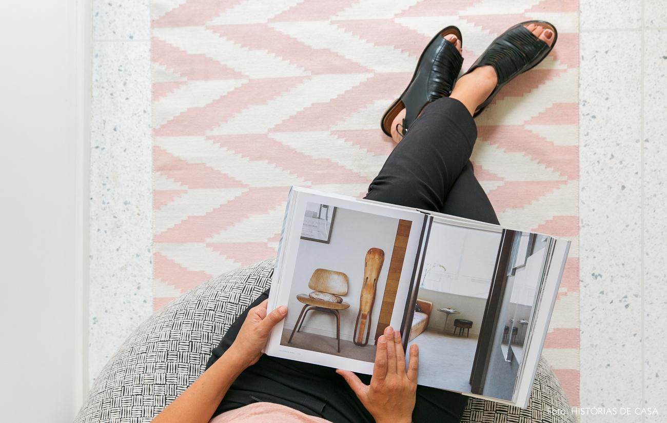 31-decoracao-quarto-passadeira-estampada-rosa-piso-granilite