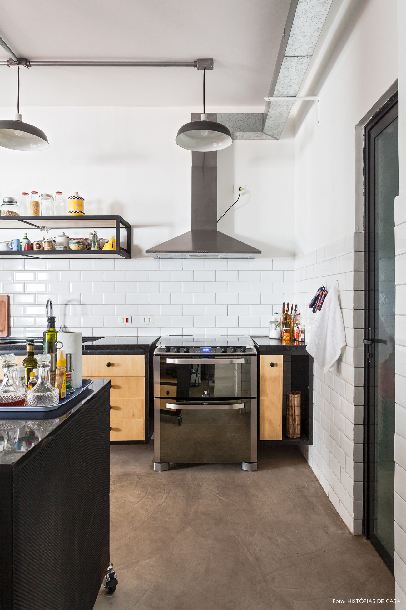 32-decoracao-cozinha-integrada-industrial-subway-tiles