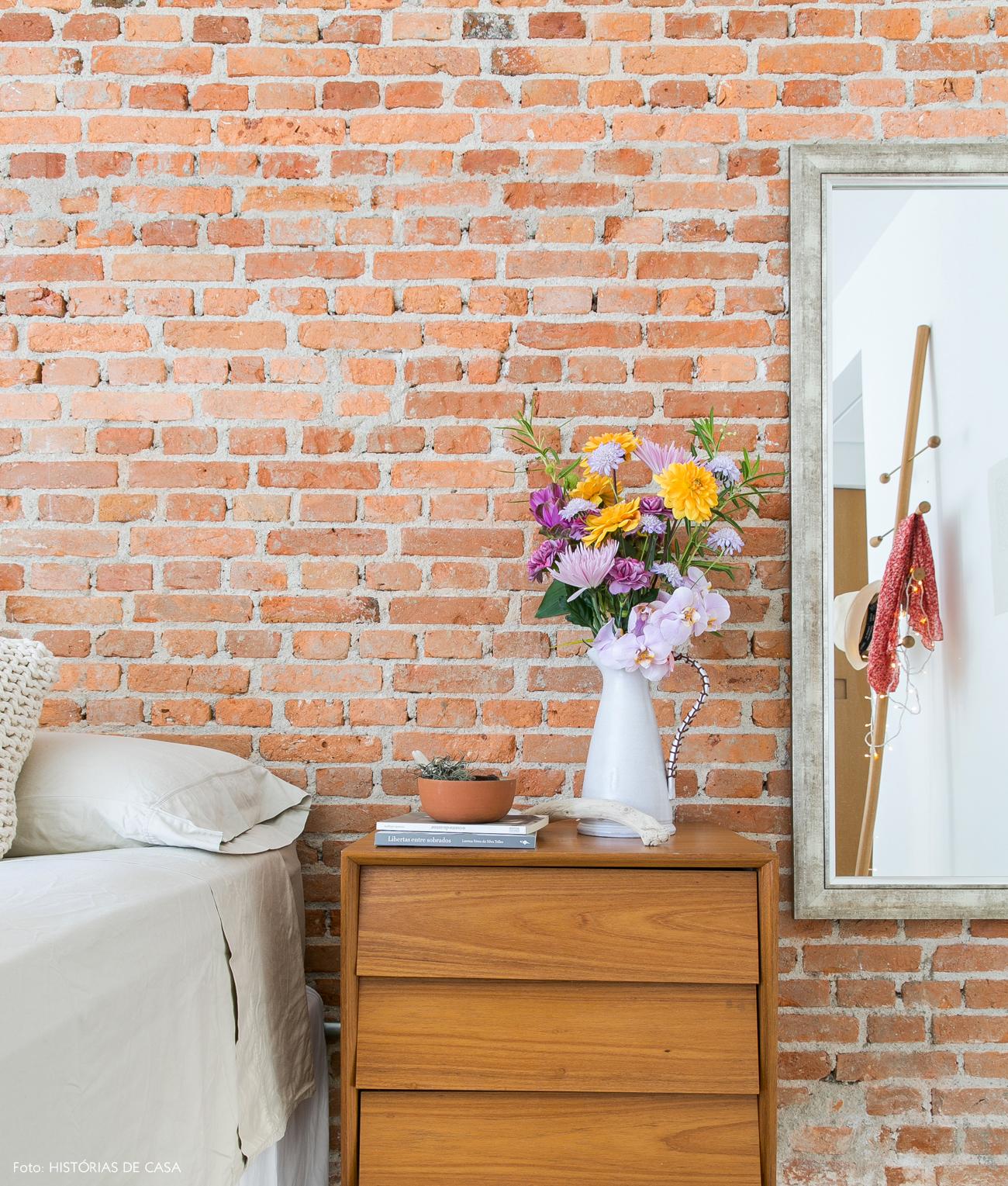 35-decoracao-quarto-parede-tijolinho-criado-mudo-vintage