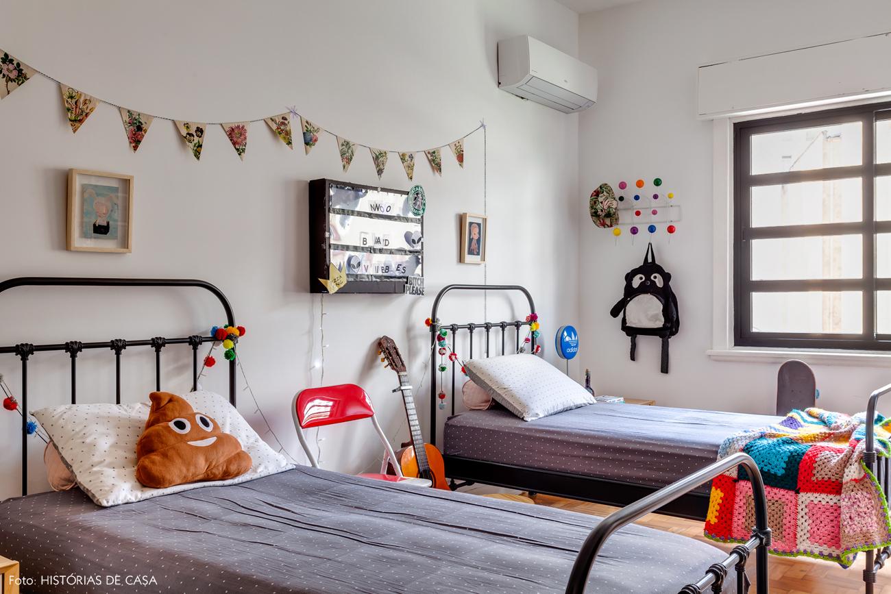 42-decoracao-quarto-crianca-camas-de-ferro-pretas