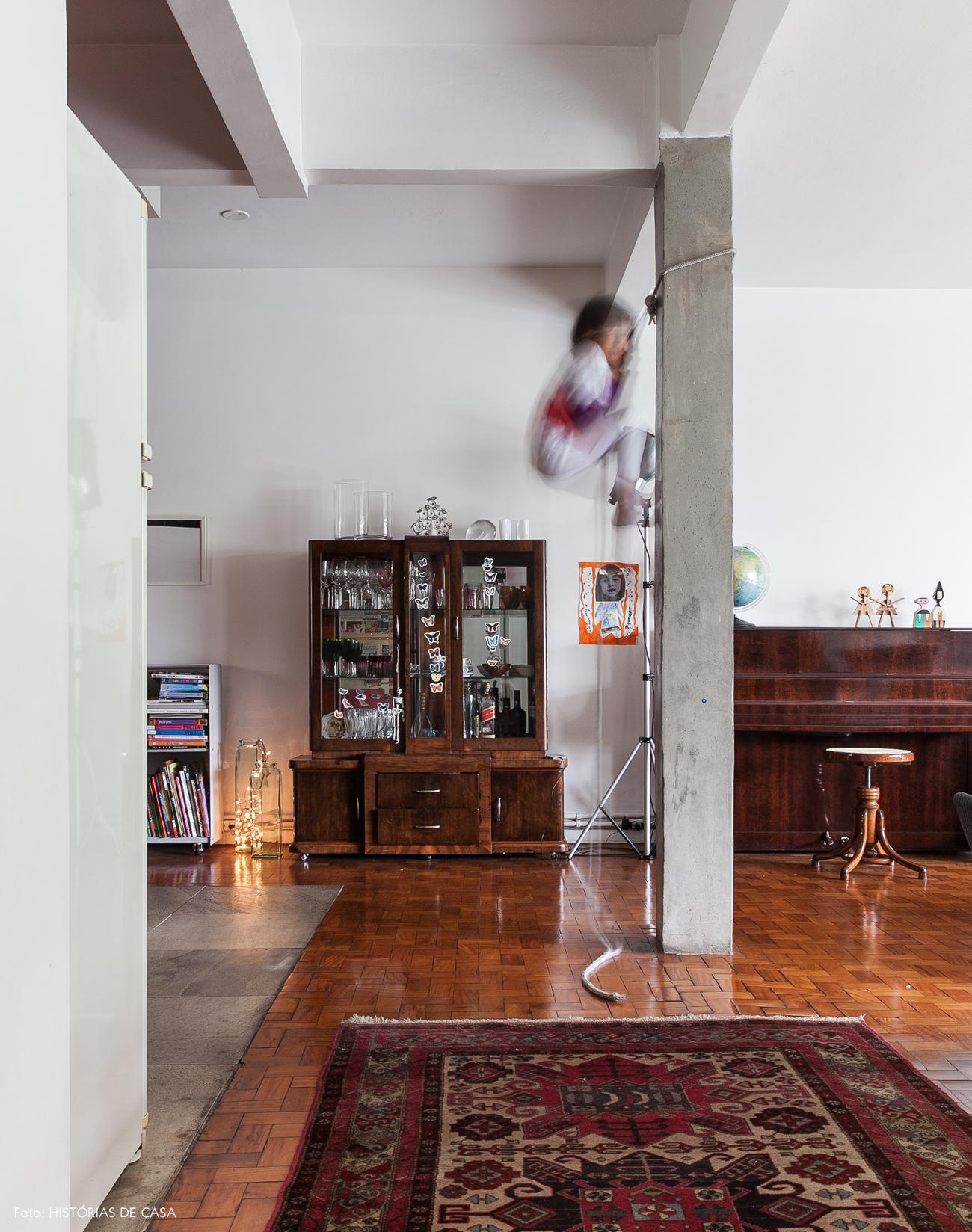03-decoracao-sala-estar-integrada-concreto-cristaleira-antiga