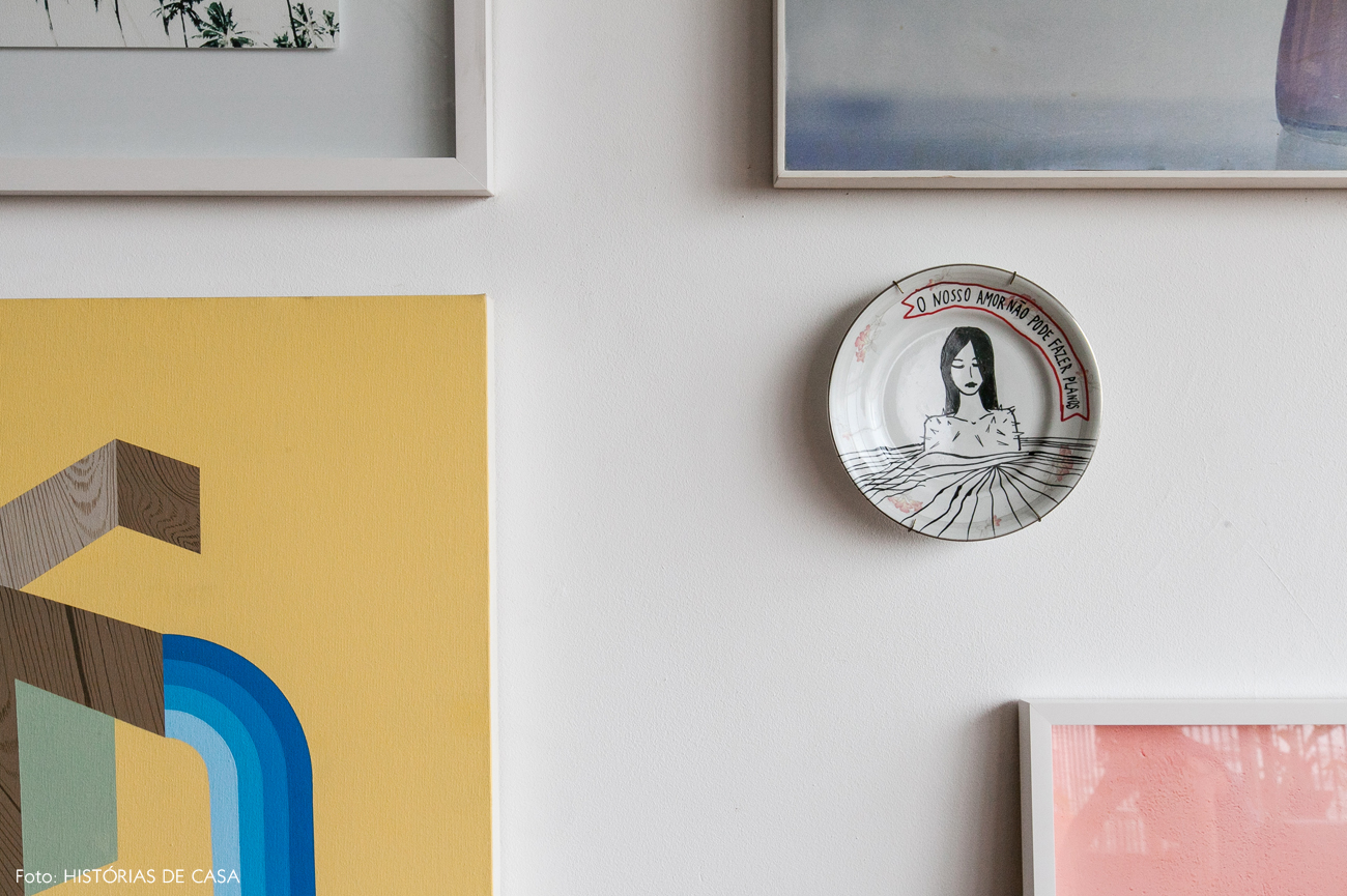 13-decoracao-apartamento-quadros-prato-de-parede