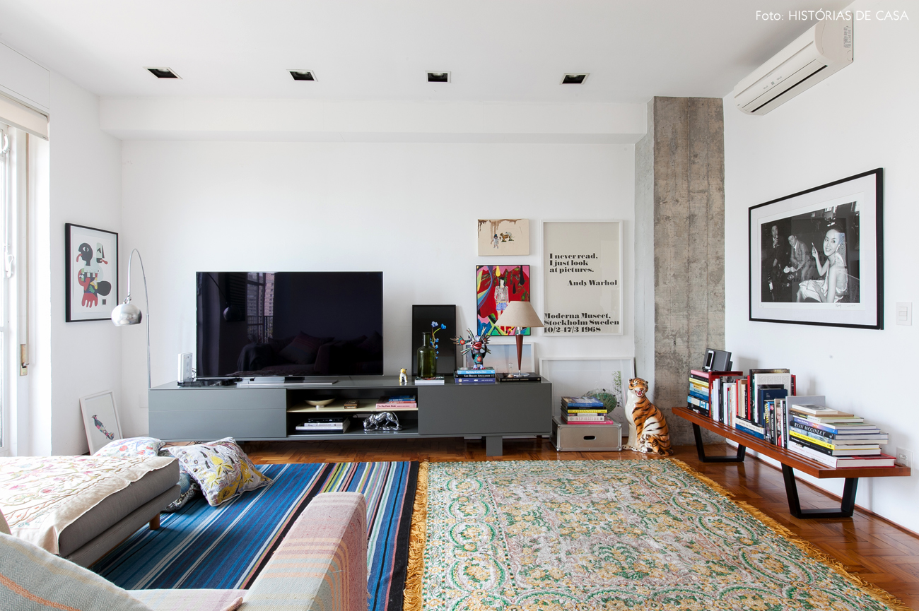 25-decoracao-sala-estar-tapete-estampado-parede-quadros