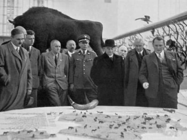 Lutz a la izquierda y Göring a la derecha observan mapa de Bialowieza