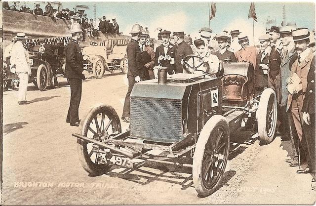Dorothy Levitt conduciendo un Napier (1905)
