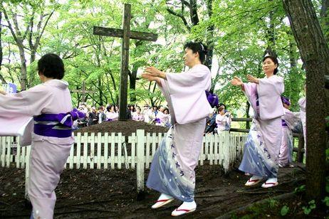 """Lugareñas bailan en el """"festival de Cristo"""""""