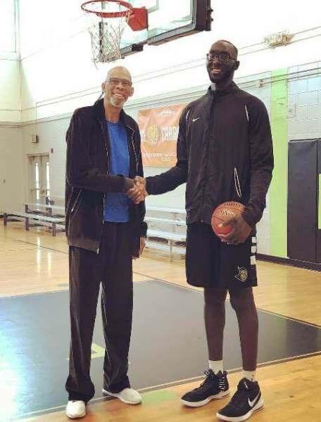 Kareem Abdul Jabbar (218 cm) junto a Tacko Fall (226 cm) en la etapa de la UCF