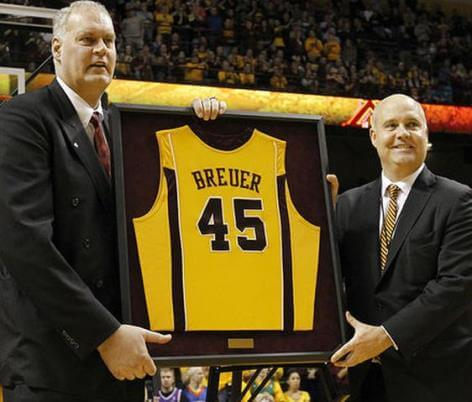 Breuer en la ceremonia de retirada de su número de la Universidad de Minnesota
