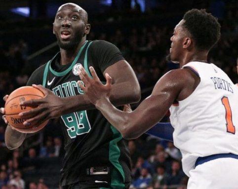 Tacko Fall el día de su debut con los Celtics defendido por Bobby Portis