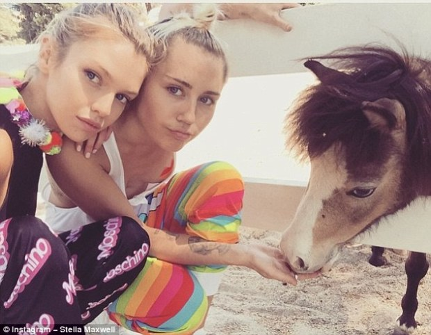 2A2A717000000578-3147726-Sparking_rumours_Pictures_of_Miley_22_and_Stella_24_passionately-a-19_1435869262844