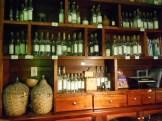 La estantería de la Mezcaloteca, llena de tesoros