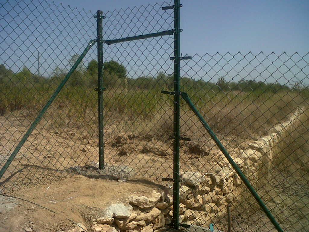 Bricolaje con vallas como montar cercado en desnivel - Vallar un terreno ...