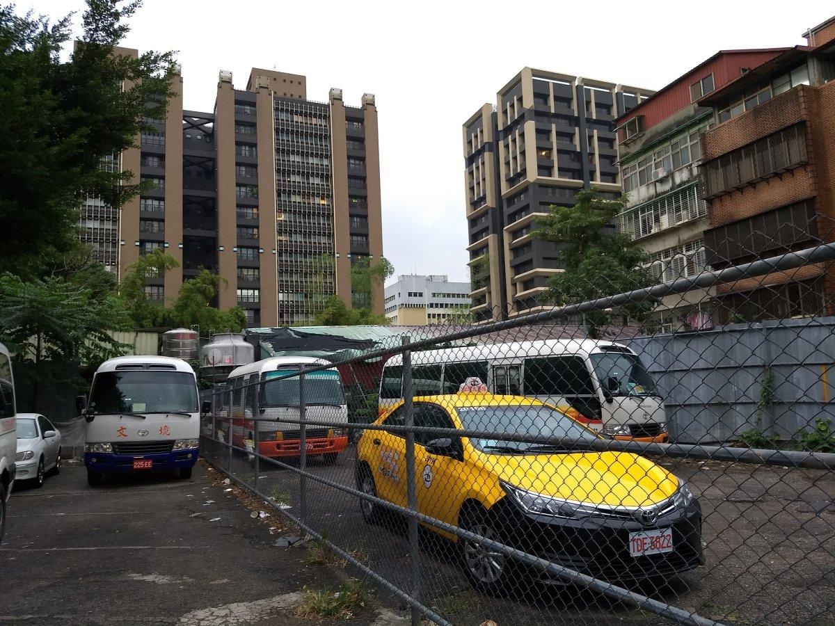 農安街與松江路交接口的痕跡,廣大合院已改建大樓,惟鐵皮屋和停車場的形狀是聚落殘留下來的空間