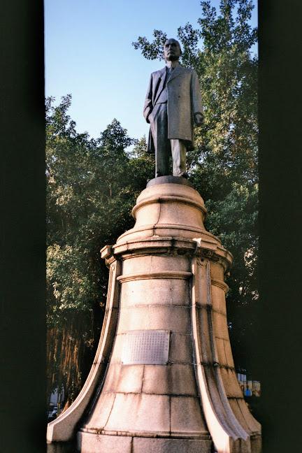 位於公會堂的上半部孫文銅像與下半部祝辰巳銅像基座。來源:筆者自攝。
