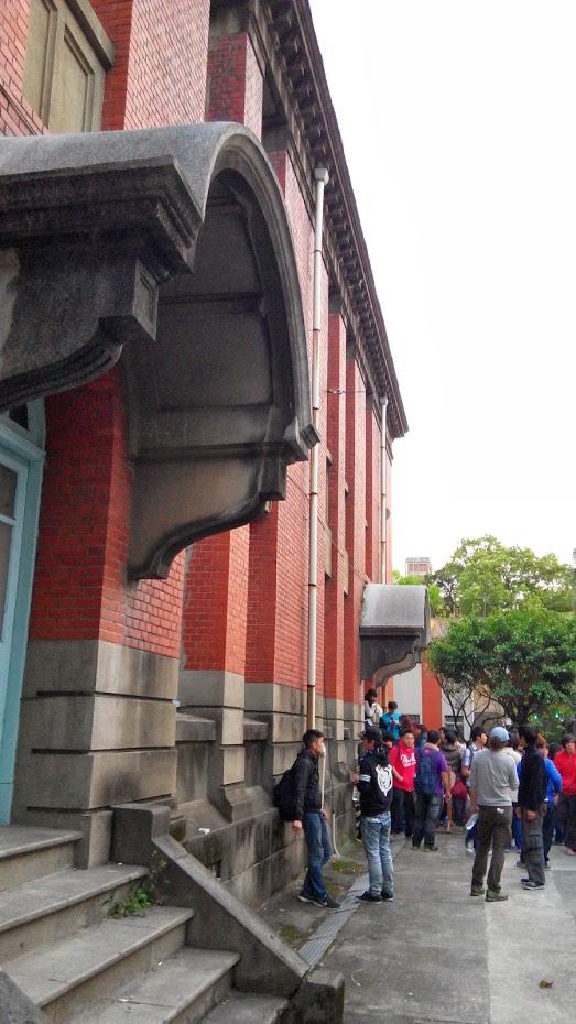 從戶外接入校舍內的弧形罩頂