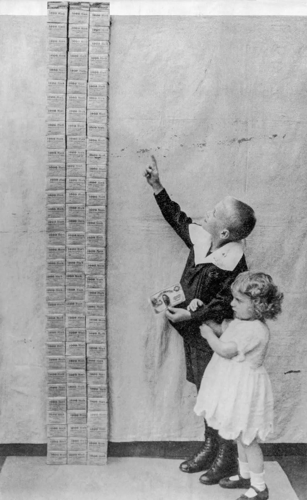 children next to a tower of 100,000 marks, 1923