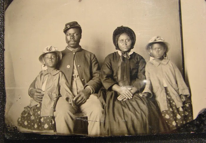 Portrait of a Union Army soldier with his family