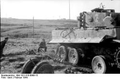 "Italy - Panzer VI ""Tiger I"" 1944. Soldiers repair the drive and the chain."