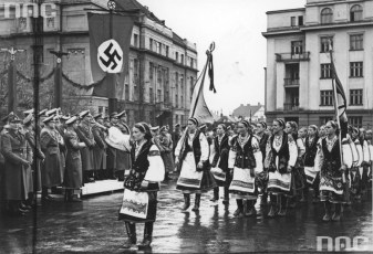 Frank visiting Stanyslaviv (now Ivano-Frankivsk). Ukrainian nationalists parade in the streets of the city, October 1941.