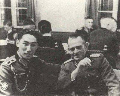 Chiang Wei-kuo on the left.