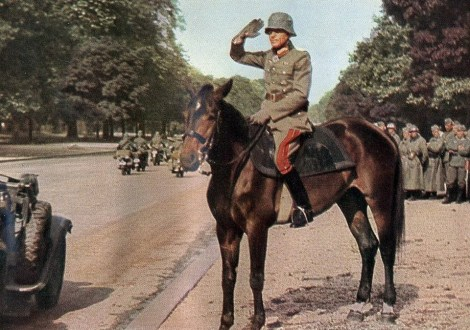 Sits Lieutenant General Kurt von Briesen on horseback during the victory parade of the Wehrmacht in Paris.