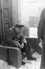 Reichsminister Speer rests on a doorstep.