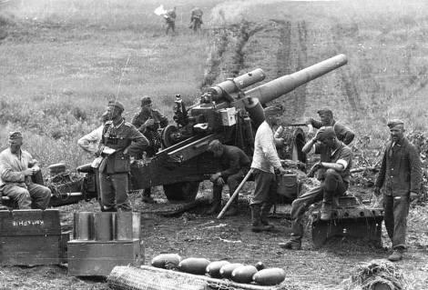 Heavy field howitzer 18 (15cm) near Kursk July 1942.