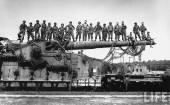 Allied soldiers on the railroad gun used by the Wehrmacht.