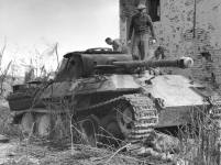 Knocked out Panther in Italy, 1945 inspected by Allied soldiers.