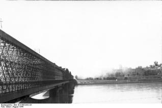 Picture of the Uprising taken from the opposite side of the Vistula river. Kierbedź Bridge viewed from Praga district towards Royal castle and burning Old Town.