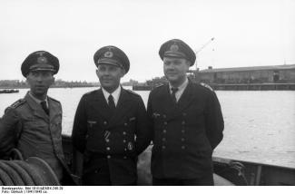 Obermaschinist (to the left) (Chief Petty Officer - Machinist)