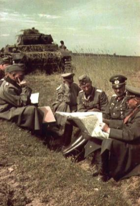 Generaloberst Heinz Guderian (right) with Generalleutnant Hans-Jürgen von Arnim (sitting with Guderian) and Generalmajor Walther Nehring (sitting on the opposite).