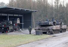 Betankungspunkt der Brigade. An vier Tankstationen Werden sterben Panzer betankt.