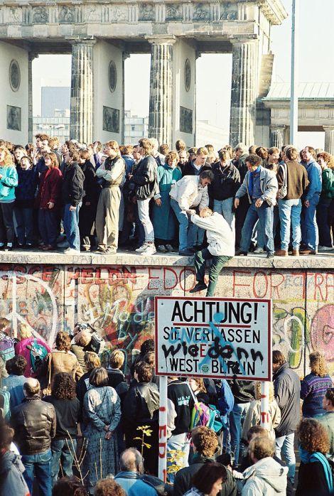 640px-BerlinWall-BrandenburgGate